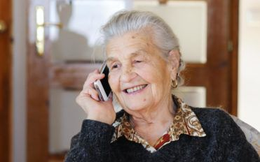 How to get free cell phones for seniors