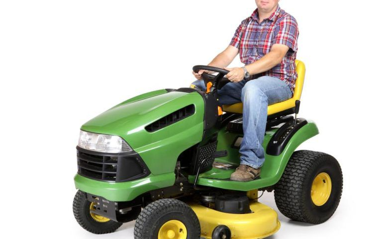 Tips to buy John Deere lawn tractors to give your garden a grand look