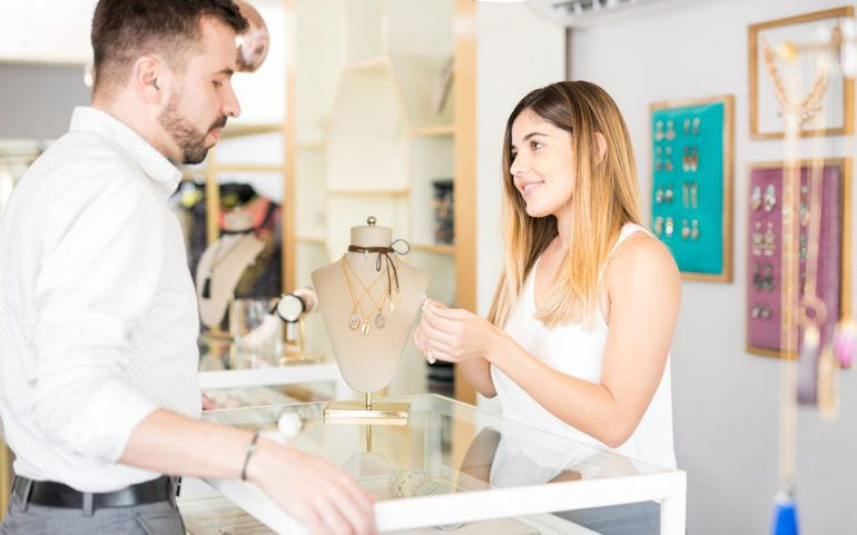 3 amazing retailers that sell customized engagement rings