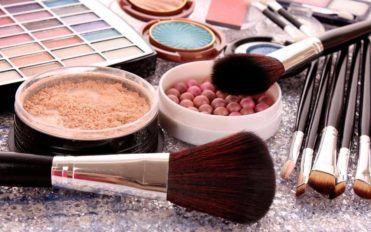 Essential Components of a Makeup Kit, free mascara samples, huda beauty desert dusk eyeshadow palette, good liquid foundation for oily skin
