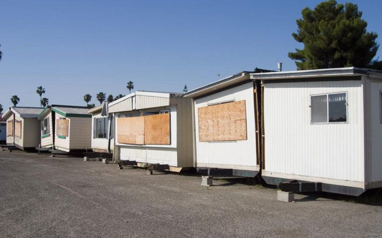 How to find mobile home movers