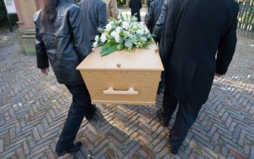 How to pick the right casket for a funeral ceremony?