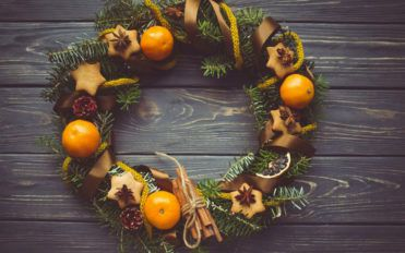 Ideas for decorating outdoor Christmas wreaths