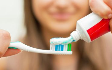 Things you need to know about teeth whitening toothpastes